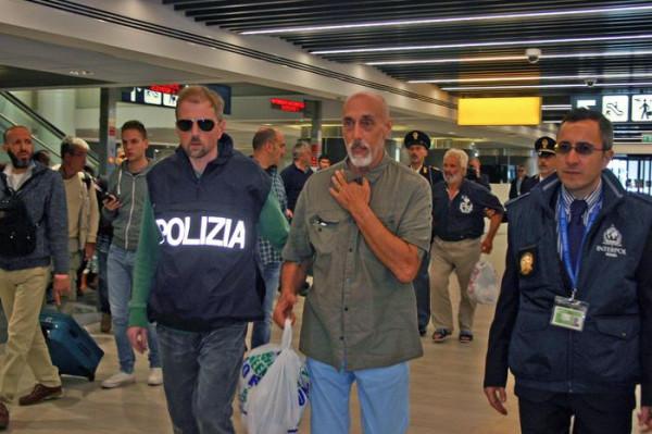 Fulvio Leone è preso in custodia dalla polizia italiana al suo arrivo a Roma-Fiumicino