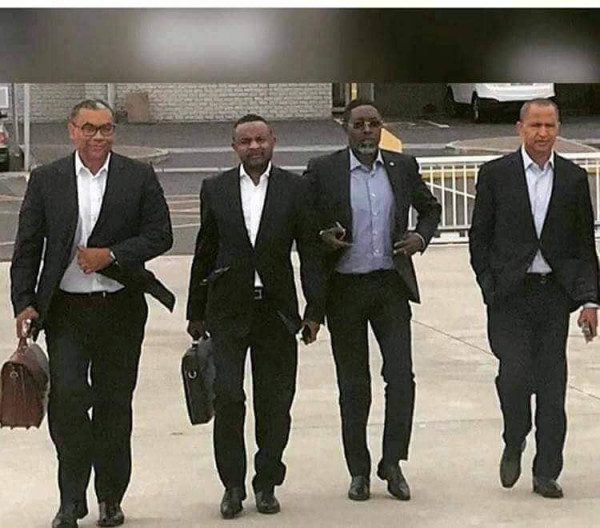 Parte della delegazione che doveva arrivare a Lubumbashi. Si riconosce Moise Katumbi, ultimo a destra, e Olivier Kamitatu, ex presidente del parlamento congolese, primo a sinistra