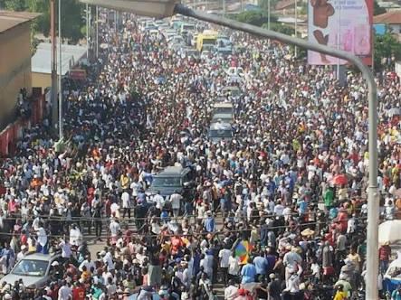folla in attesa