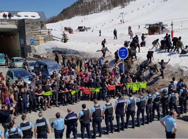 Il fitto schieramento della polizia francese che impedisce l'accesso ai migranti