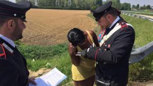 Una pattuglia di carabinieri controlla i documenti di una prostituta nigeriana che potrebbe cogliere l'occasione per chiedere aiuto e sottrarsi allo sfruttamento