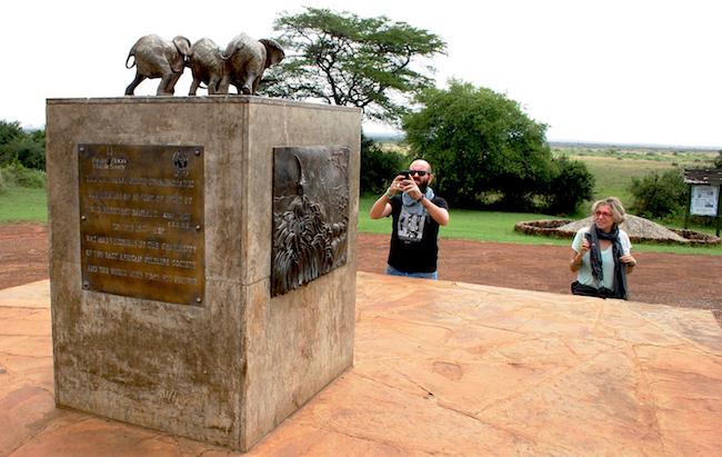 Turisti fotografano, nel Nairobi National Park, la stele dedicata agli elefanti (foto © Sandro Pintus)