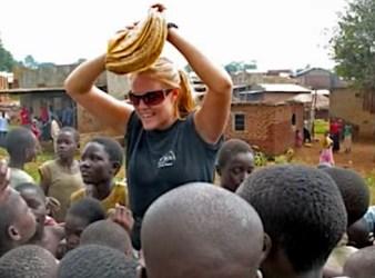 Renee Bach con del cibo in mezzo ai bambini