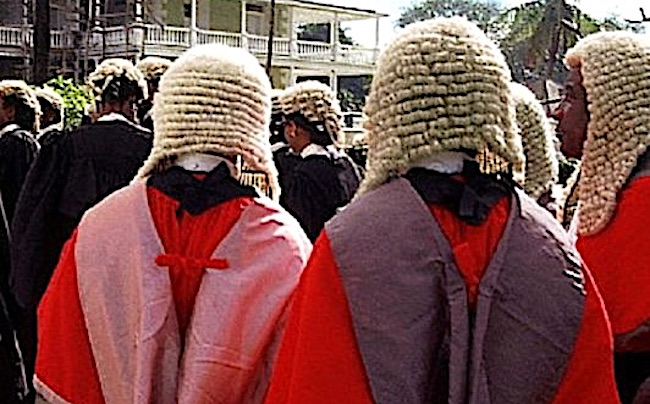 Le parrucche indossate dai magistrati in Zimbabwe