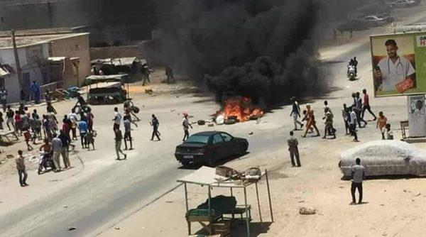 I dimostranti bruciano un'auto nel centro di Nouackchot
