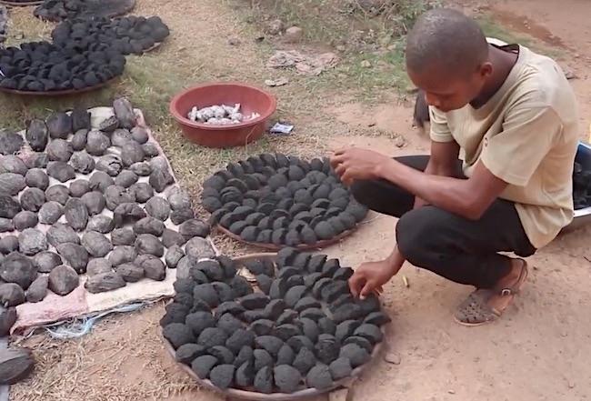 Effery Mboby, biocarbone derivante da residui del frutto del cacao (Courtesy APFNP)