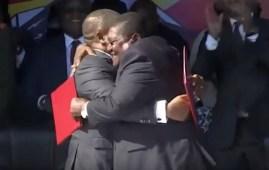 L'abbraccio tra il presidente mozambicano Filipe Nyusi (FRELIMO) a sin. e Ossufo Momade (RENAMO) dopo la firma per l'accordo di pace