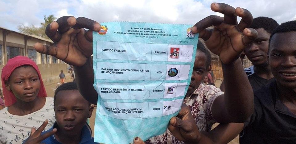 Mozambico, un votante mostra la scheda elettorale (Courtesy Sala da Paz)