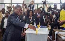 Filipe Nyusi, attuale presidente, al seggio di Maputo, mentre vota (Courtesy Sala de Paz)
