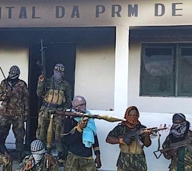 Isis-Mozambico Jihadisti armati con la bandiera dello Stato islamico davanti alla caserma di polizia di Quissanga
