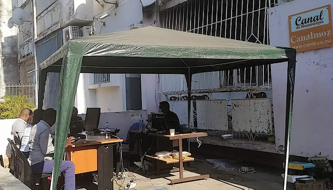 La redazione provvisoria di Canal de Moçambique dopo l'attentato