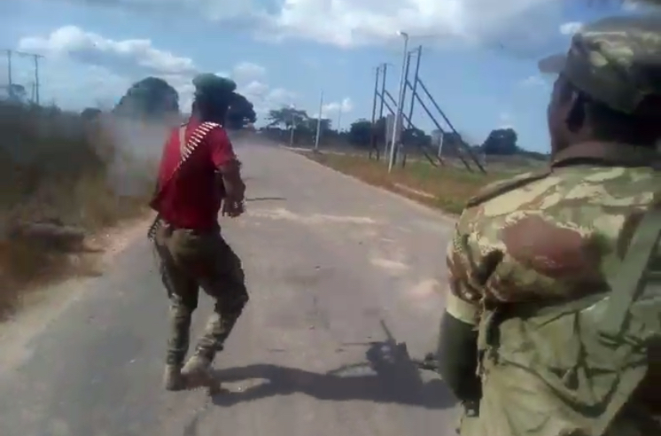 Fotogramma del video. Militari delle FADM sparano alla donna sulla strada
