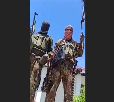 Jihadisti mentre fanno uno dei loro proclami a Cabo Delgado