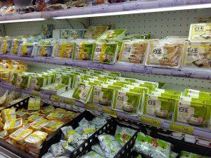 どれが絹ごしで、どれが木綿なのかよくわからない豆腐売り場。エイヤで「北豆腐」を選択。