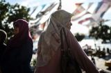 A ban on female army officers in Turkey wearing the Muslim headscarf has been lifted by the government