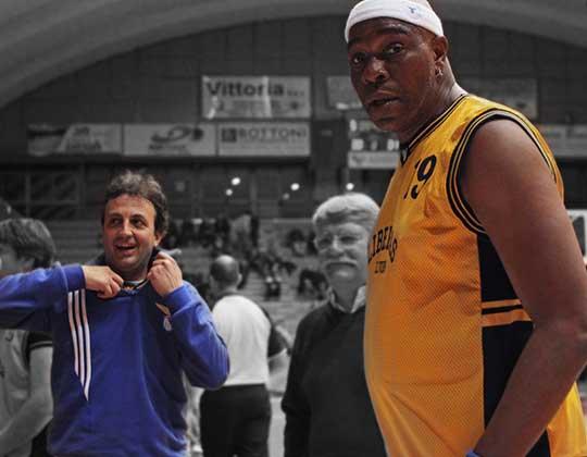 Abdul Jeelani con Simone Santi in occasione della partita organizzata a Livorno con gli ex compagni di squadra
