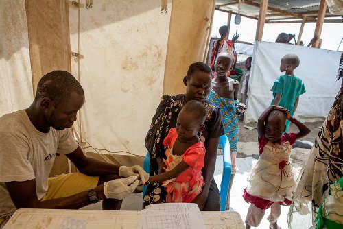 Controlli per la malaria nell'ospedale di MSF vicino al centro di registrazione per i nuovi arrivati al POC di Bentiu. Foto di Brendan Bannon. Bentiu, Sud Sudan. Settembre 2015.