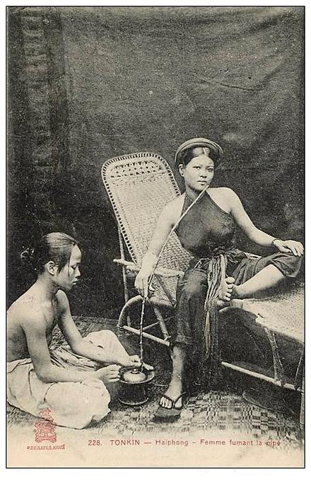 Femme fumant la pipe 1