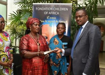 La fondation Children Of Africa offre 1 million de Fcfa à Béatrice N'Cho atteinte de cancer du sein.