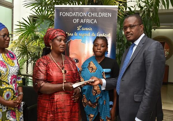 La fondation Children Of Africa offre 1 million de Fcfa à Béatrice N'Cho atteinte de cancer du sein.
