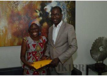La comédienne ivoirienne Amoin reçoit 3 millions Fcfa de la part de Brahima Coulibaly, Directeur de la Communication  de Dominique Ouattara