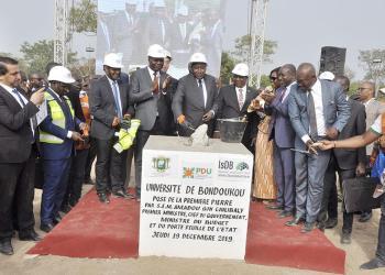Amadou Gon Coulibaly pose la première pierre de l'université de Bondoukou. © Primature