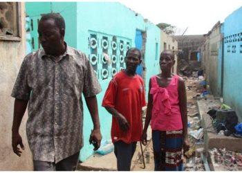 Les habitants du quartiers adjouffou au sud d'Abidjan vident leurs maisons avant qu'elles ne soient rasées ( opération de déguerpissement)