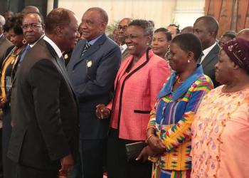Alassane Ouattara saluant des personnalités, présidence ivoirienne le 6 janvier 2020. Photo: Cicg