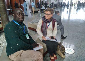 Le journaliste Philippe Kouhon s'entretient avec Liesl chercheuse à l'ISS. photo: afrikipresse