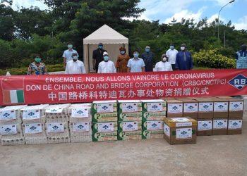 photo: afrikipresse La société chinoise  'CRBC/CNCTPC'' fait des dons à Bouaké ( covid 19)