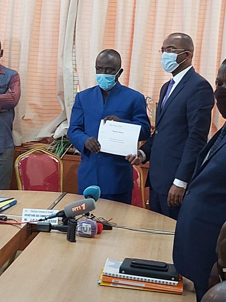 Photo remise de dossiers de candidature (Ph Adou Mel)