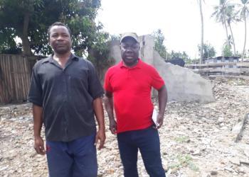 Philippe Kouhon en compagnie du chef Sanogo Abou (de la droite à guche)