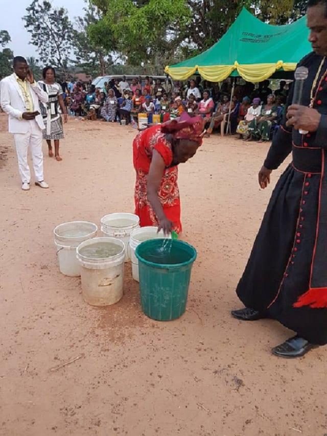 Nigeria: Un évêque transforme l'eau froide en eau chaude (PHOTOS)