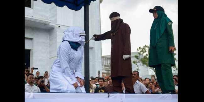 Indonésie: Des couples et des «prostituées» fouettés publiquement (photos)