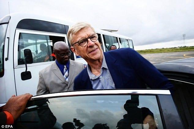 PHOTOS: Arsene Wenger arrive au Liberia pour recevoir un prix spécial