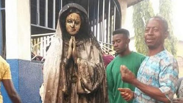 Nigeria: une femme met en feu la statue de la vierge dans une église