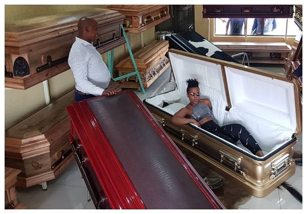 VIDEO: La nudiste sud-africaine, Zodwa prépare sa mort en choisissant son cercueil