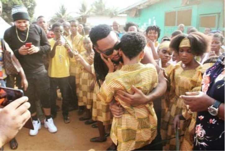 Flavour ouvre une école pour aveugles au Liberia: Photos