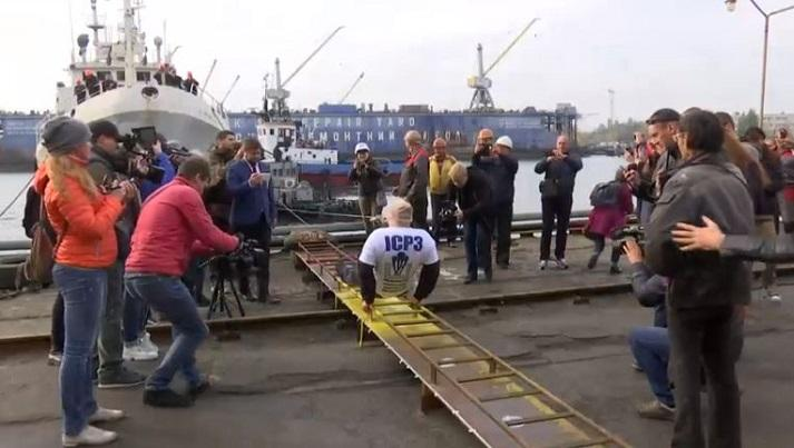Photo of Man pulls ship of weight of 614 tons with teeth and has a world record