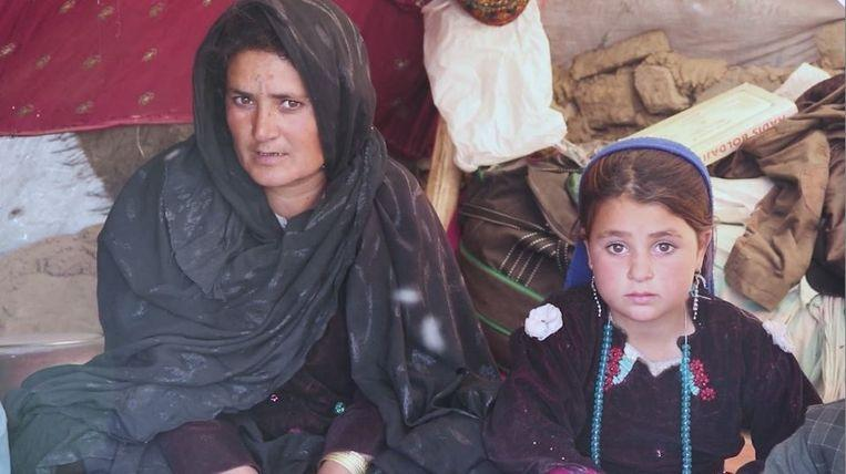 """Photo of Afghan has to sell daughter to survive: """"Otherwise we would all starve"""""""