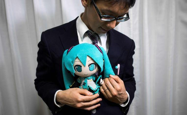"Photo of Japanese man marries hologram: ""I have never cheated on her"""