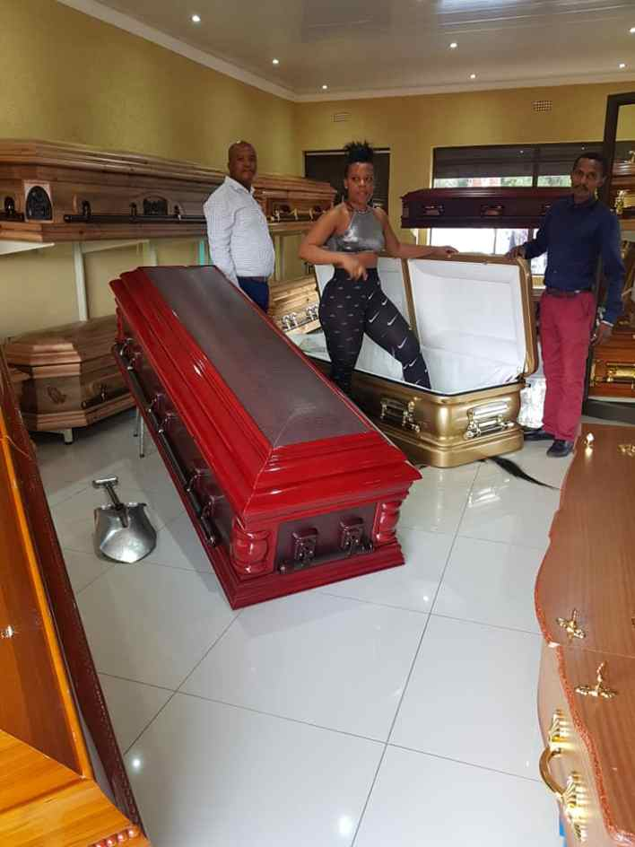 Weird: Zodwa Wabantu chooses coffin that sizes her hip