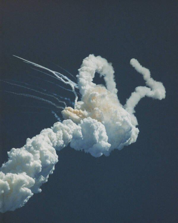 But after 73 seconds, barely 18 kilometers above the earth, the space shuttle suddenly burst.
