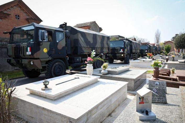 The morgues in the vast area of Bergamo are overcrowded. Army trucks containing the corona victims' coffins are to divert to crematoriums outside Lombardy, such as here at a cemetery in Ferrara in the less severely affected region of Emilia-Romagna. After the cremation, the urns go to the relatives in Lombardy.