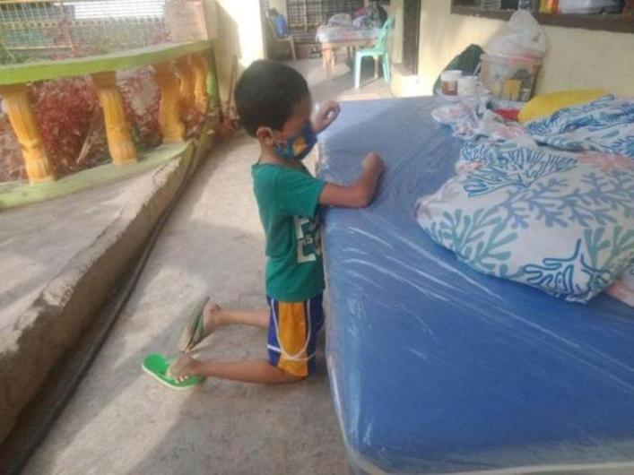Photo of a crying Filipino boy who has to isolate himself through corona infection.
