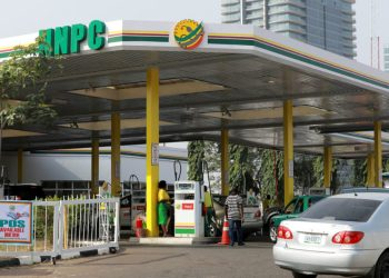 Cars queue to buy petrol at the NNPC Mega petrol station in Abuja, Nigeria March 19, 2020. REUTERS/Afolabi Sotunde