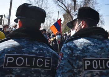 Opposition supporters march through the streets of Yerevan to demand Prime Minister Nikol Pashinyan's resignation over his handling of last year's war with Azerbaijan, on February 26, 2021. (Photo by Karen MINASYAN / AFP)