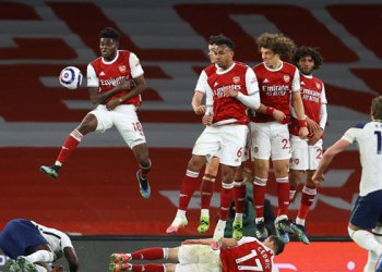 Tottenham Hotspur's English striker Harry Kane (R) shoots at goal from a free-kick as the defensive wall jumps in the closing minutes of the English Premier League football match between Arsenal and Tottenham Hotspur at the Emirates Stadium in London on March 14, 2021. Arsenal won the game 2-1. Julian Finney / POOL / AFP