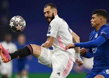 Chelsea's Brazilian defender Thiago Silva (R) vies with Real Madrid's French forward Karim Benzema during the UEFA Champions League second leg semi-final football match between Chelsea and Real Madrid at Stamford Bridge in London on May 5, 2021. (Photo by Glyn KIRK / AFP)