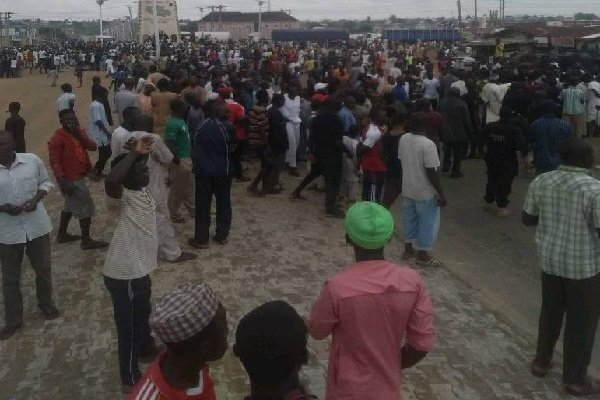JUST IN: Aggrieved youths block Niger's major road, chase SSG over power supply
